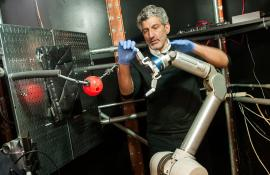 UChicago faculty member performs innovative experiments with a robotic arm.